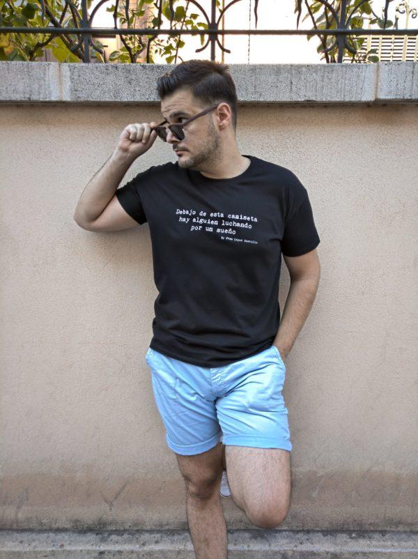Debajo de esta camiseta hay alguien luchando por un sueño (Negra unisex)